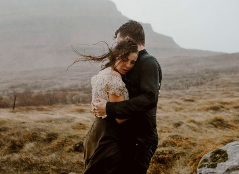 adventure-couple-photos-in-iceland-in-the-wind-and-rain.jpg